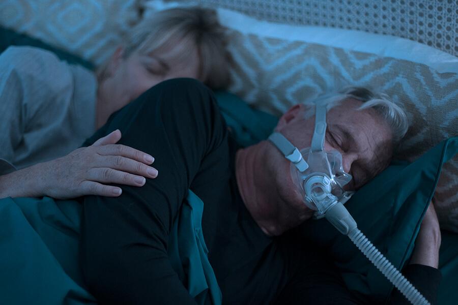 pieni hiljainen kokokasvomaski - uniapnean hoito - ventilaatiohoito - ResMed AirFit F30